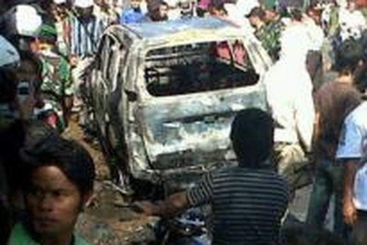Salah satu mobil milik anggota FPI yang dibakar setelah rombongan massa FPI menabrak seorang pengendara motor di Kendal, Kamis (18/7/2013). Foto diunggah melalui akun Twitter.