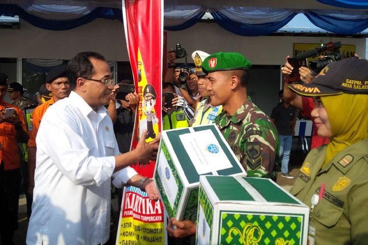 Menteri Perhubungan RI Budi Karya Sumadi menyerahkan bingkisan lebaran kepada para petugas di Pos Pengamanan Operasi Ramadniya Candi 2017 di Exit Tol Tingkir, Salatiga, Kamis (29/6/2017) sore.
