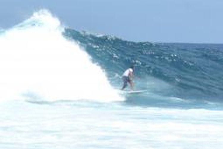Para pecinta surfing selalu mengunjungi Pulau Asu , salah satu Pulau yang yang terletak di Kabupaten Nias Barat selain di Pantai Lagundri-Sorake Kabupaten Nias Selatan.