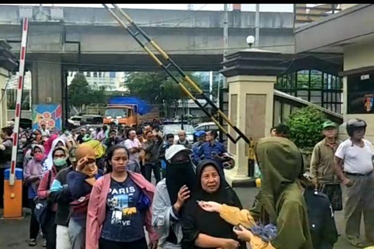 Antrean pembeli masker sitaan di Polres Metro Jakarta Utara, Kamis (5/3/2020).
