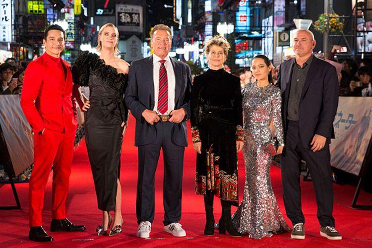 Aktor Arnold Schwarzenegger (tengah) tampil segar dengan setelan jas dan sneaker pada premier Terminator: Dark Fate di Jepang.