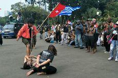 Komunitas Merah Hitam Gelar Aksi Teatrikal di Depan Massa Pendemo