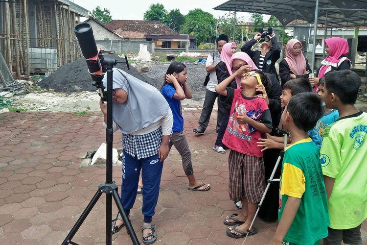 Para bocah antusias melihat fenomena gerhana matahari cincin di halaman Masjid Mambaus Sholihin, Kamis (26/12/2019).