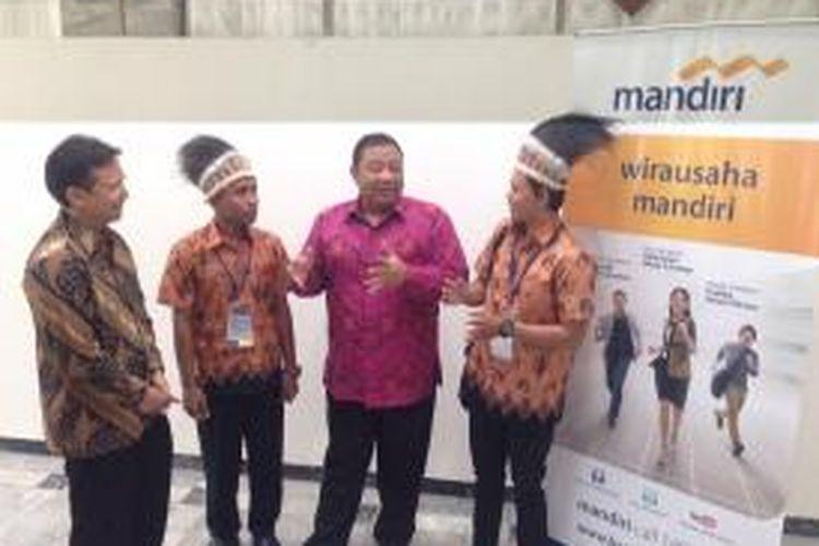 Menteri Koperasi dan Usaha Mikro Kecil Menengah (UMKM), Anak Agung Gde Puspayoga (dua dari kanan) dan Dirut PT Bank Mandiri, Budi G Sadikin (kiri) bersama 2 finalis dalam program wirausaha Mandiri 2014, di Jakarta, Selasa (10/3/2015)