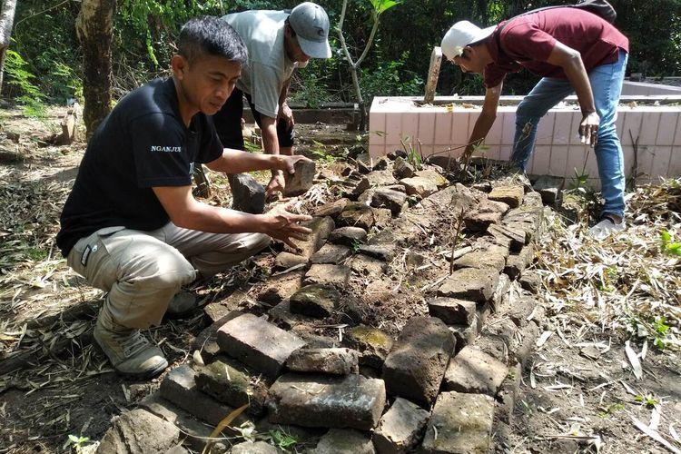 Warga membersihkan makam kalang di Pemakaman Gondang Timur, Desa Gondang, Kecamatan Pace, Kabupaten Nganjuk, belum lama ini.