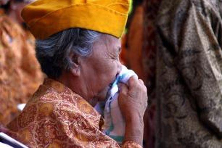 Martje Engkol (74) seorang veteran perintis kemerdekaan terlihat menangis saat mengikuti Upacara Detik-Detik Kemerdekaan Indonesia di Halaman Kantor Gubernur Sulawesi Utara.