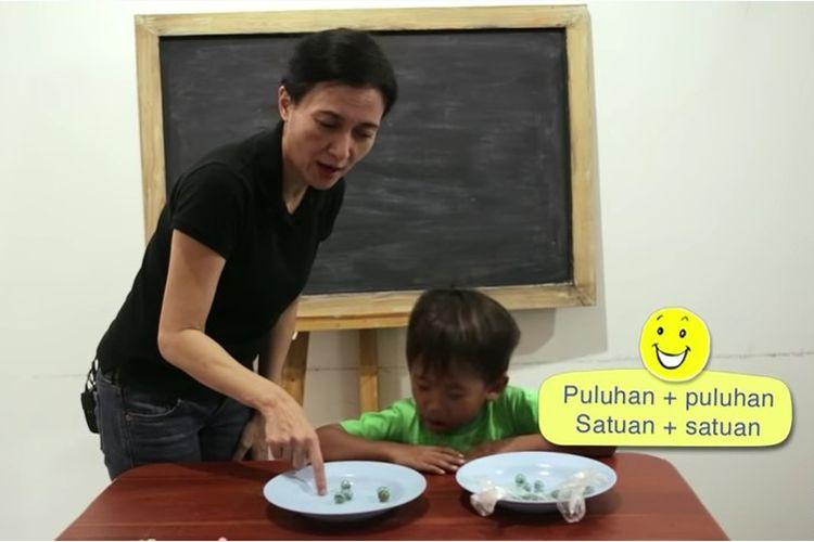 Tangkapan layar Belajar dari Rumah TVRI 19 Agustus 2020 SD Kelas 1-3 tentang Penjumlahan Bilangan Satuan dan Puluhan.