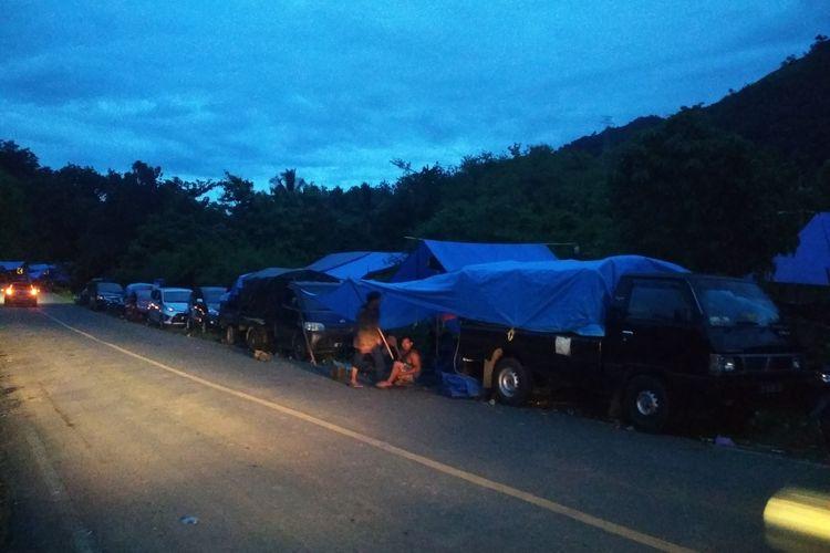 Warga yang mengungsi di tepi jalan trans Sulawesi, Kecamatan Malunda, Majene, Sulawesi Barat pasca gempa besar, Sabtu (16/1/2021).