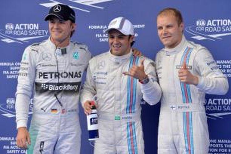 Pebalap Williams asal Brasil, Felipe Massa (tengah) berpsose bersama rekan satu timnya, Valtteri Bottas (kanan), dan pebalap Mercedes, Nico Rosberg, setelah menyelesaikan sesi kualifikasi GP Austria di Spielberg, Sabtu (21/6/2014). Massa mencatat waktu tercepat pada sesi kualifikasi dan berhak atas pole position.