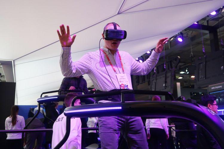 Pengunjung booth Samsung merasakan pengalaman memakai Gear VR.