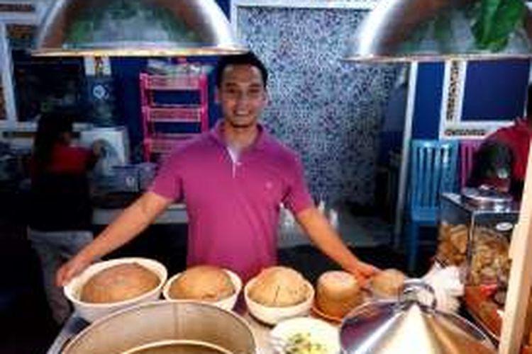 Achmad Fardiansyah Taufik (31) pemilik bakso klenger saat menunjukan ukuran bakso buatanya mulai ukuran 2 kilogram sampai 5 kilogram