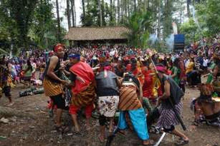 Peperangan antara rakyat Blambangan dan Belanda pada drama kolosal Perang Puputan Bayu di Wana Wisata Rowo Bayu, Banyuwangi, Jawa Timur, Minggu (11/12/2016).