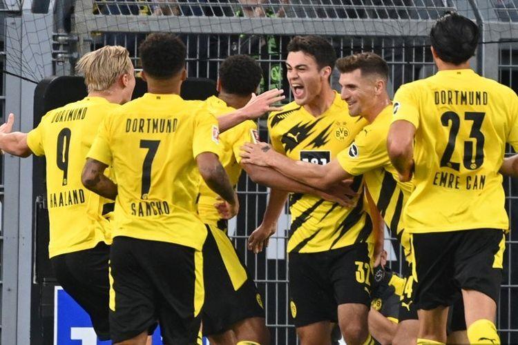 Para pemain Borussia Dortmund merayakan gol GIovanni Reyna (ketiga dari kanan) pada laga Bundesliga kontra Borussia Moenchengladbach di Stadion Signal Iduna, Dortmund, 19 September 2020.