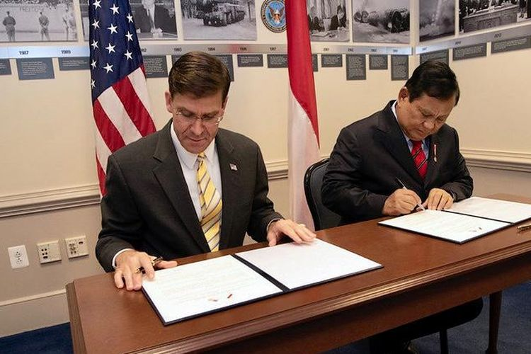 Indonesian Defense Minister Prabowo Subianto (right) and US Secretary of Defense Mark Esper (left) signing a document during a meeting in Pentagon on October 16, 2020.