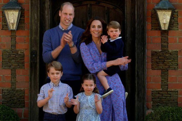 Keluarga Pangeran William dan Kate Middleton ketika memberi dukungan pada tenaga kesehatan. Selama pandemi, keduanya terlihat cukup sering mengenakan pakaian berwarna biru.