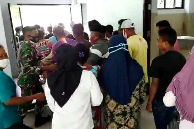 Warga mengambil paksa seorang pasien Covid-19 yang meninggal dunia di RSUD Masohi pada Kamis sore (5/8/2021)