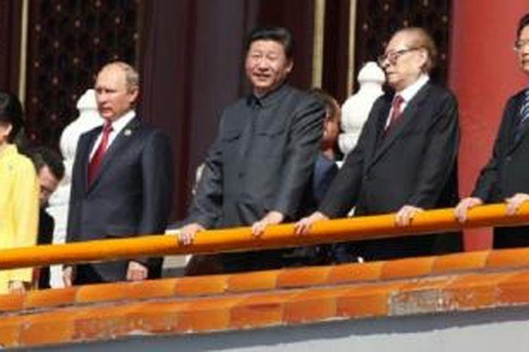 Presiden Cina Xi Jinping dan para pemimpin negara lainnya menghadiri parade militer di Beijing.