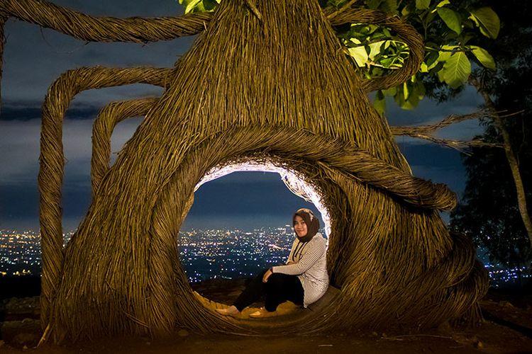 Foto Malam di Pinus Pengger, Bantul.