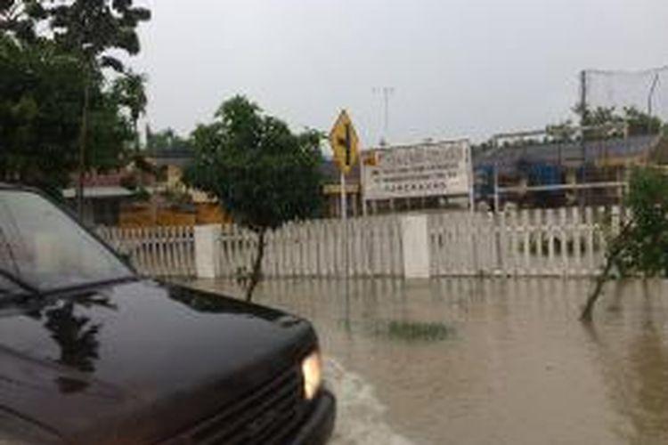 Banjir mengepung kabupaten Pamekasan setelah diguyur hujan dua jam lebih, termasuk kantor UPT. Dinas Pengairan Provinsi Jawa Timur.