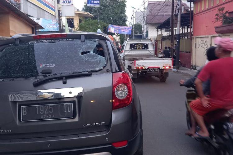 Mobil salah seorang warga yang diparkir di Jalan Mangga Besar VI D,Taman Sari, Jakarta Barat, dirusak orang tak dikenal pada Selasa (22/6/2021) dini hari. Pelaku merusak mobil setelah ditegur warga lantaran minum minuman keras. Pelaku juga sempat melepaskan tembakan yang mengenai salah seorang warga