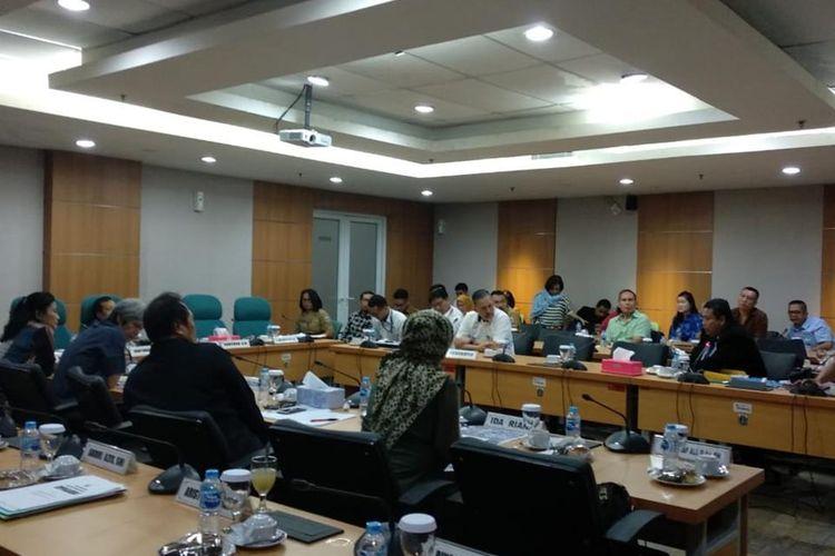 Warga komplek Pluit Putri mengadu ke Komisi C DPRD tolak RTH dijadikan sekolah, di Gedung DPRD DKI Jakarta, Senin (8/7/2019)