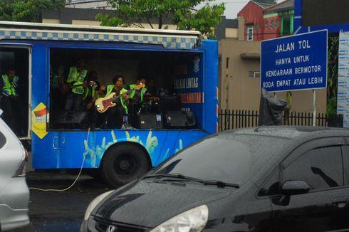Terjebak Macet di Puncak, Polisi Hibur Pengendara dengan Live Music