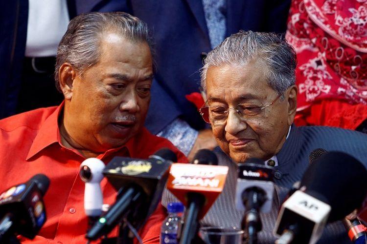Perdana Menteri Malaysia Muhyiddin Yassin dan pendahulunya mantan Perdana Menteri Mahathir Mohamad