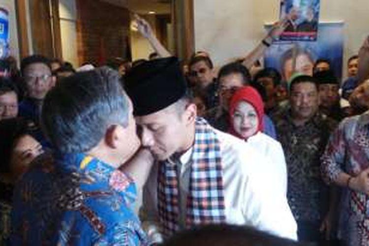 Bakal calon gubernur DKI Jakarta Agus Harimurti Yudhoyono saat meminta restu kepada Susilo Bambang Yudhoyono sebelum mendaftarkan diri ke KPU DKI Jakarta, Jumat (23/9/2016).