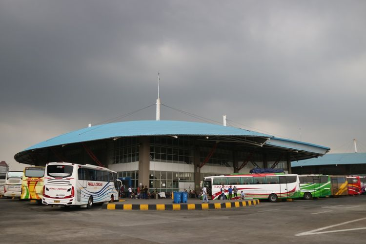 Tampak bus-bus yang tengah menunggu keberangkatan di Gedung C Terminal Terpadu Pulo Gebang, Jakarta Timur, Jumat (1/11/2019).