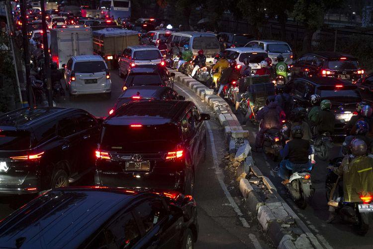 Kemacetan di ruas Jalan Raya Pasar Minggu, Jakarta Selatan, Rabu, (18/12/2019). Kemacetan panjang hingga lenteng agung akibat pembangunan fly over Lenteng Agung.