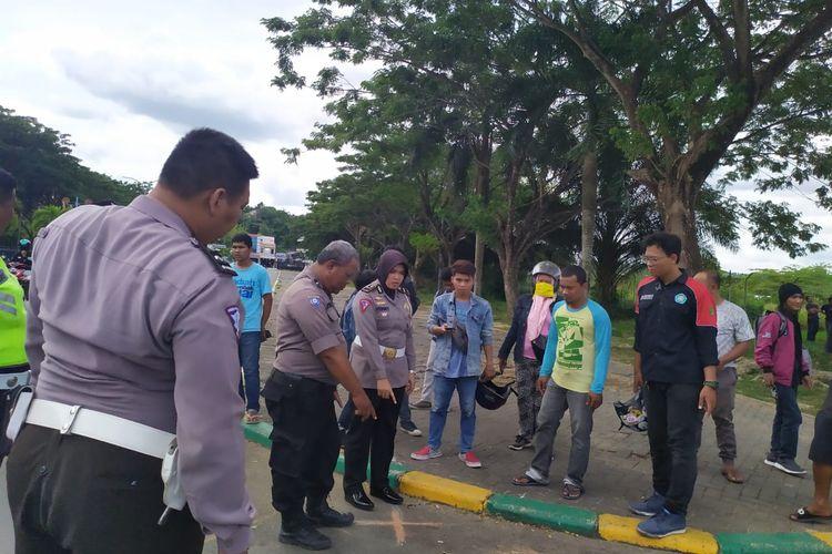 Polisi sedang olah tempat kejadian perkara di titik korban terlindas bus di GOR Sempaja Samarinda Kalimantan Timur, Rabu (26/2/2020).