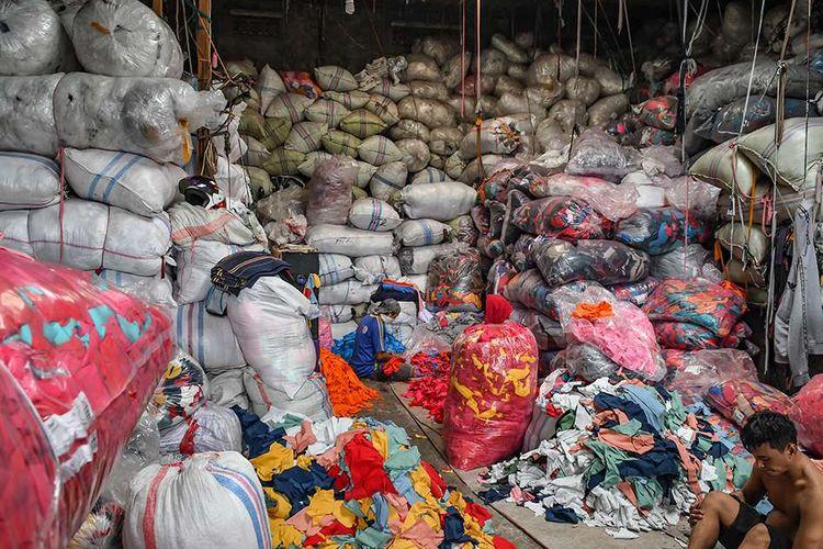 Foto dirilis Minggu (16/2/2020), memperlihatkan pekerja memilah limbah sisa kain di tempat pengepul limbah tekstil, Jakarta. Laporan dari Ellen McArthur Foundation mengatakan, industri tekstil saat ini masih menggunakan cara usang yaitu model ekonomi linier (buat-gunakan-buang) yang menghasilkan timbunan limbah dan polusi dari bisnis busana sedunia.