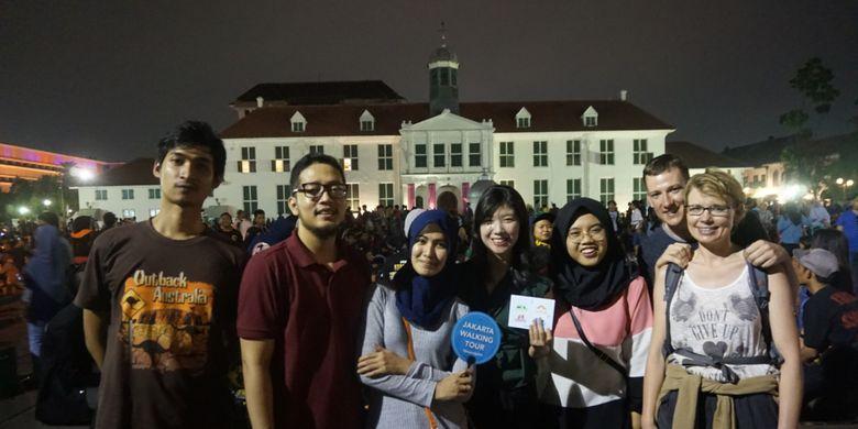 Para peserta night walking tour di Kota Tua, Jakarta.