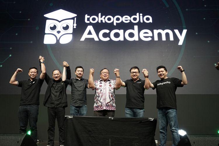 Menteri Riset dan Teknologi, Bambang Brodjonegoro didampingi CEO Tokopedia William Tanuwidjaya dan Komisaris Utama Tokopedia, Agus Martowardojo membuka acara Tokopedia Summit 2020, di Jakarta, Sabtu (22/2/2020).