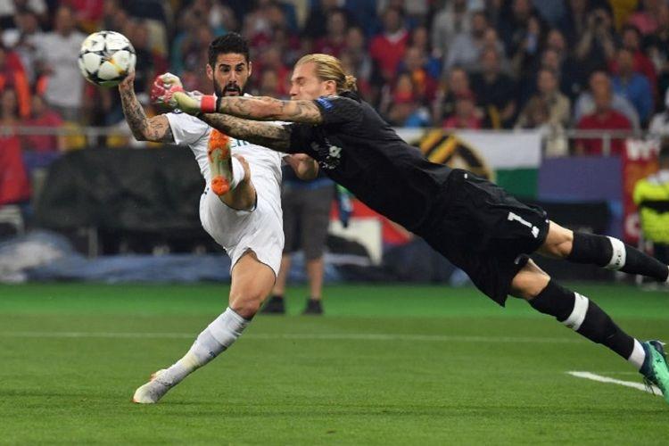 Daniel Carvajal kalah cepat dari Loris Karius dalam menyambut bola pada laga final Liga Champions, Real Madrid vs Liverpool, di Kiev, 26 Mei 2018.