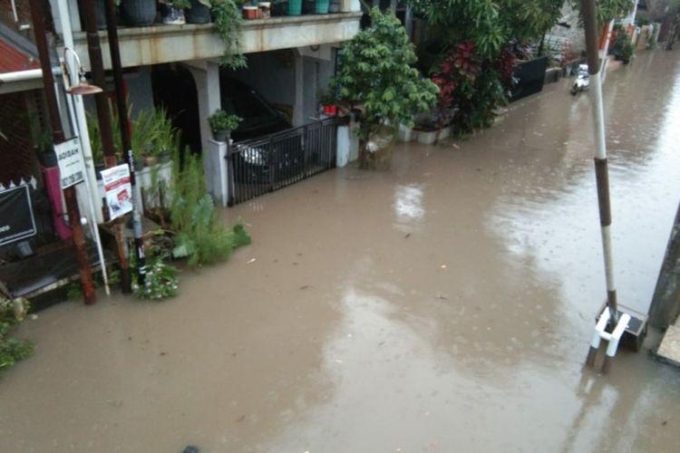 Banjir menggenangan kawasan pemukiman di Komplek Bumi Panyileukan, Kelurahan Cipadung Kidul, Kecamatan Panyileukan, Kota Bandung, Senin (17/2/2020).