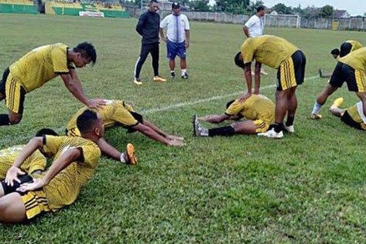 Para pemain PSG Gresik sedang berlatih di Stadion Cendrawasih, Biak, Papua, Sabtu (14/3/2020).