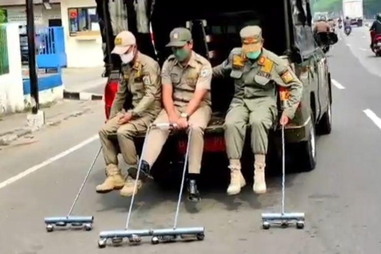 Satuan Polisi Pamong Praja (Satpol PP) Jakarta Timur menggelar operasi ranjau paku serentak di seluruh kecamatan di wilayah tersebut pada hari ini, Kamis (14/10/2021).