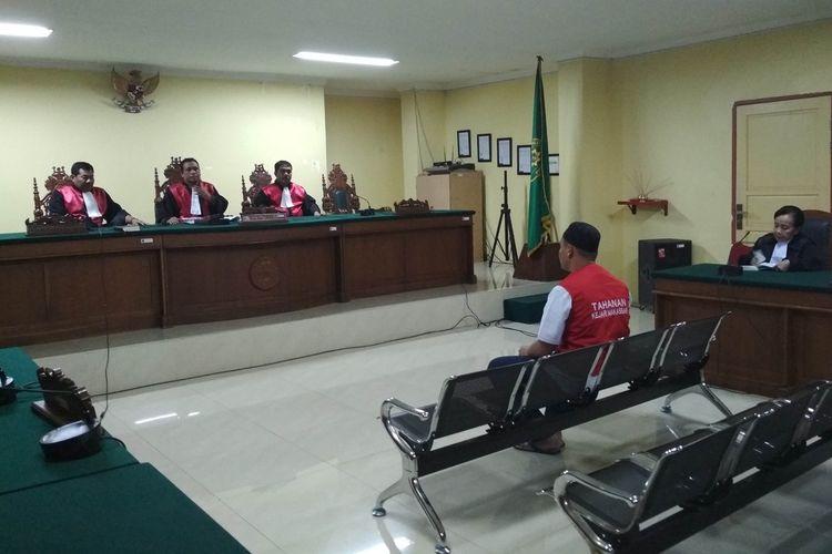 Terdakwa pembunuhan taruna ATKP Makassar Muhammad Rusdi saat mendengarkan putusan majelis hakim di PN Makassar, Rabu (21/8/2019).