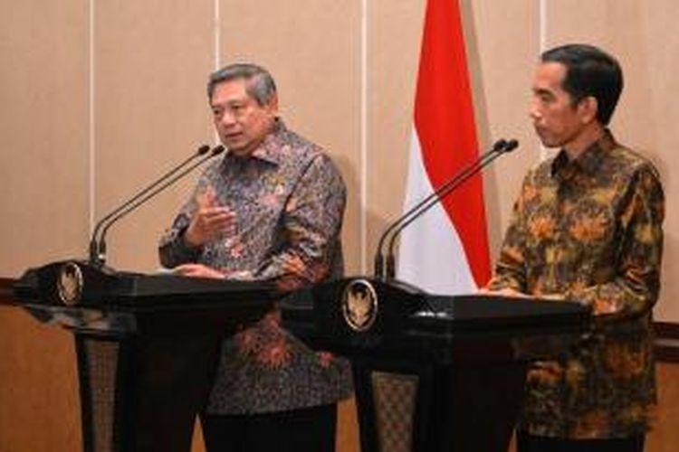 Presiden ke-6 SBY dan Presiden Joko Widodo memberikan keterangan pers bersama, seusai pertemuan empat mata, di Laguna Resort and Spa, Nusa Dua, Bali, Rabu (27/8) malam.
