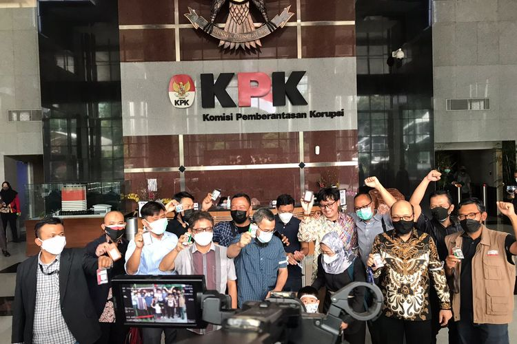 Sejumlah mantan pegawai KPK melalukan foto bersama usai resmi diberhentikan pada Kamis (30/9/2021). Mereka melakukan akai perpisahan setelah diberhentikan akibat dinyatakan tidak lolos TWK.