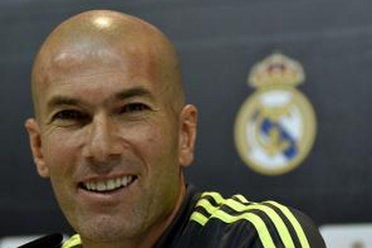 Pelatih Real Madrid, Zinedine Zidane, memancarkan senyumannya saat konferensi pers di Valdebebas, Madrid, Jumat (8/1/2016).