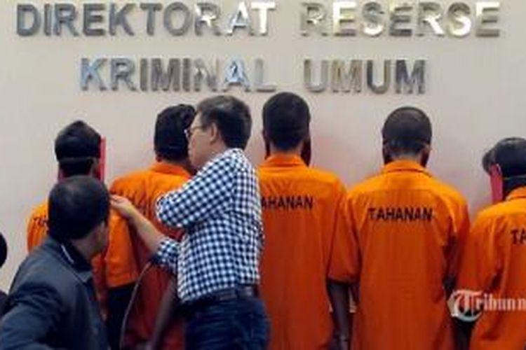 Lima tersangka pelaku kekerasan seksual terhadap siswa Jakarta International School (JIS) di Direktorat Reserse Kriminal Umum Polda Metro Jaya, Jakarta Selatan, Sabtu (26/4/2014).
