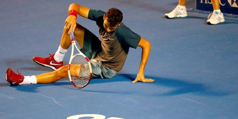 Petenis Bulgaria Grigor Drimitrov terjatuh di lapangan saat menghadapi Andy Murray dari Inggris pada semifinal Abierto Mexicano Telcel di Acapulco, Jumat (28/2/2014). Dimitrov menang 4-6, 7-6(5), 7-6(3).