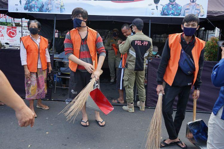 Pelanggar protokol kesehatan di Salatiga dihukum mengenakan rompi oranye dan menyapu jalan.