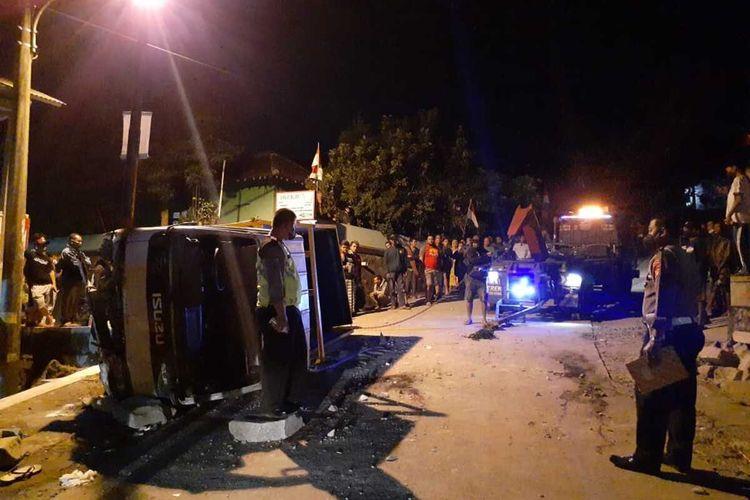 Situasi truk yang mengalami kecelakaan tunggal di Jalan Breksi tepatnya di depan Gapura Gunung Sari, Dusun Gunung Sari, Sambirejo, Prambanan, Sleman. akibat kecelakaan ini Lima orang meninggal dunia.