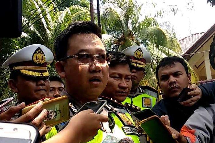 Wakil Direktur Lalu Lintas Polda Metro Jaya AKBP Kingkin W ditemui di lokasi kecelakaan yang melibatkan Setya Novanto di Permata Hijau, Jakarta Selatan, Jumat (17/11/2017).