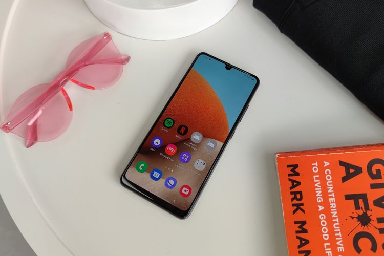 Samsung Galaxy A32 tampak depan. Secara desain, Galaxy A32 dibekali dengan layar Super AMOLED 6,4 inci dengan resolusi Full HD Plus. Layar yang terbilang cukup lega ini juga sudah memiliki refresh rate 90 Hz dan touch responsive rate 180 Hz.  Secara hardware, Galaxy A32 ditenagai dengan chipset Mediatek Helio G80, RAM 6 GB/8 GB, serta memori internal 128 GB. Baterainya berkapasitas 5.000 mAh dan mendukung fast charging dengan daya 15 watt.  Dari segi fitur, ponsel ini dibekali dengan sensor pemindai sidik jari optical yang dibenamkan di bawah permukaan layar, NFC, serta fitur Game Booster yang diklaim bisa meningkatkan pengalaman bermain game.  Ponsel ini juga sudah menjalankan sistem operasi Android 11 yang dipoles dengan tampilan antarmuka teranyar khas Samsung, One UI 3.1.
