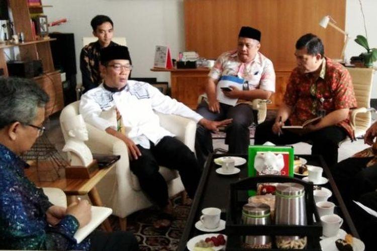 Duta Besar Tetap Republik Indonesia di UNESCO Prof. Fauzi Soelaeman saat menemui Wali Kota Bandung Ridwan Kamil di Pendopo Kota Bandung, Jalan Dalemkaum, Jumat (3/2/2017).KOMPAS.com/DENDI RAMDHANI