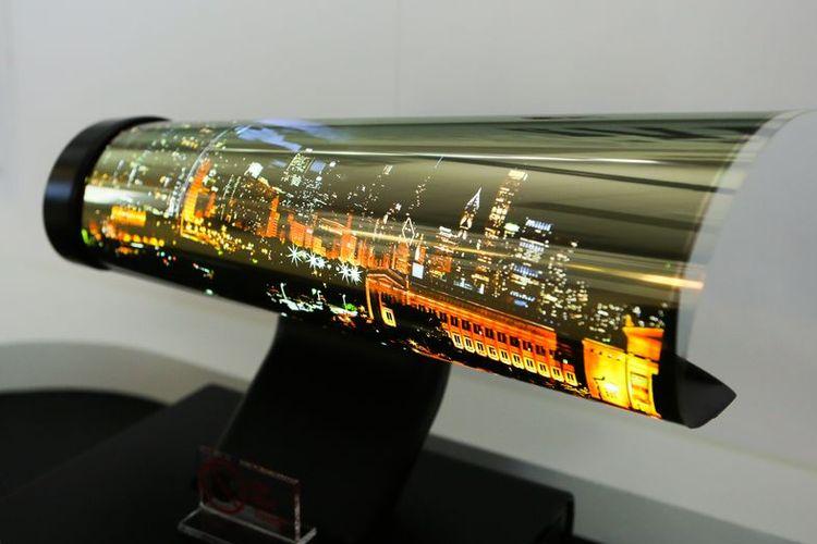 Purwarupa produk TV LG dengan layar OLED yang bisa digulung (rollable display OLED) dalam pagelaran CES 2018